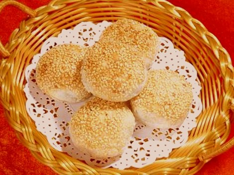 Yellow Crab Shell cake is a famous Anhui cuisine
